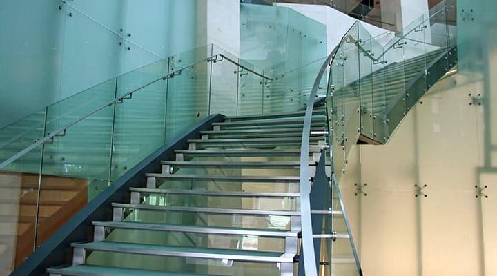 Balustrady szklane na schody w obiekcie komercyjnym