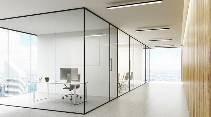 Drzwi i zabudowa szklana w biurze