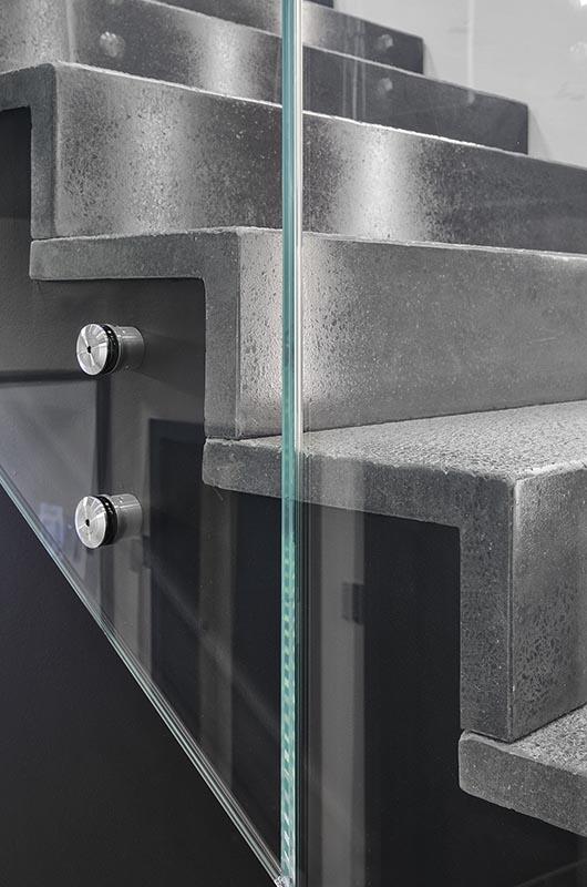 Balustrady szklane na schody wewnętrzne