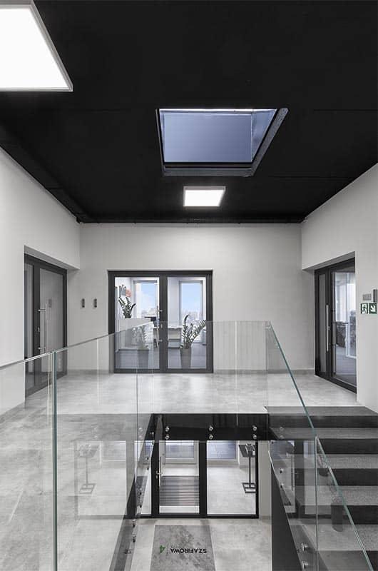 Balustrady szklane do przestrzeni biurowych