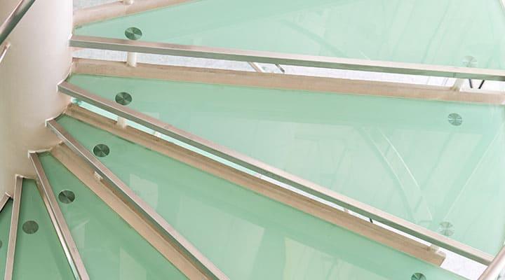 Schody szklane kręcone - stopnie ze szkła