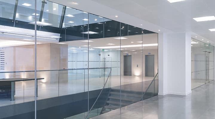 Balustrady szklane na schody i przegrody szklane w obiekcie komercyjnym